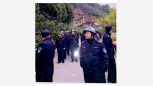 CCP law enforcement officers imposing police cordon on Songshan mountain