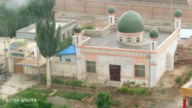 This mosque is located in the Kumul Railway 35th Street Unit, and the authorities have demolished its back walls and locked up all courtyard doors. The crescent moons from the five domes of the mosque have all disappeared.