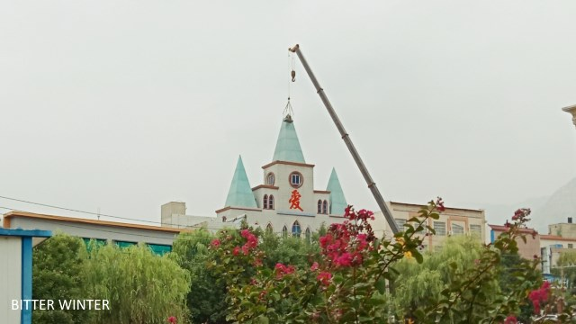 The cross is forcibly removed from Mu'en Church in the city of Dengfeng