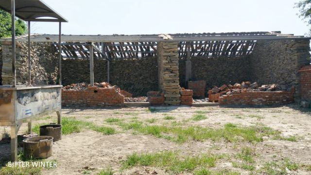 The destroyed dining hall on the right side of Changling Buddhist temple