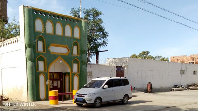 This is a back-street mosque in Lukeqin town, Shanshan county; one can see from the two ends of the apexes that their characteristic Islamic architectural features have been demolished