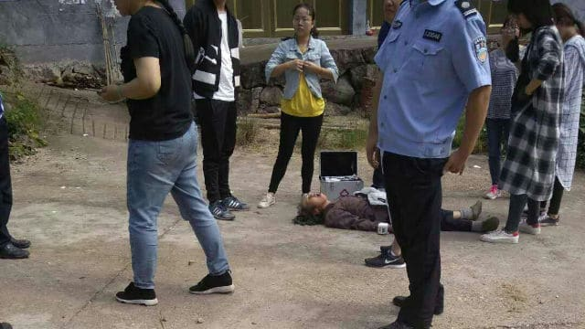 Jiang Jinfu's wife faints to the ground.