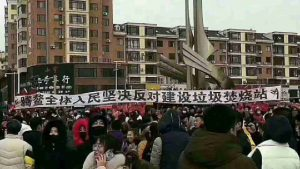 Residents in Teng'ao town raise a banner to protest construction of the garbage incineration station.