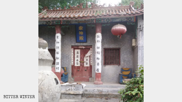 The door of Zhongshendian Temple in Shengdimiao village is locked.