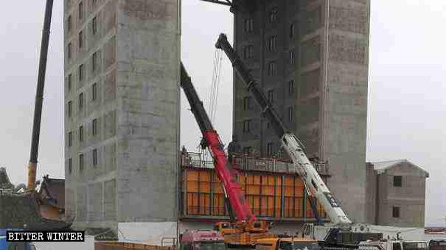 Crane dismantling Guanyin statue