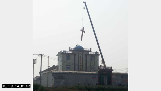 The cross being removed from the Three-Self Christian Church in Shuaizhuang village, Daxinzhuang township, Xinxiang city