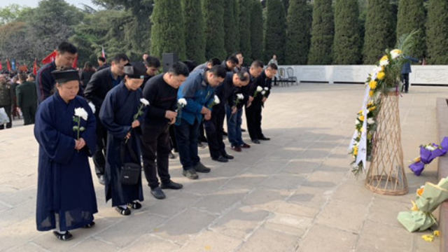 Bowing to the revolutionary martyrs, as part of the Tomb Sweeping Day celebrations.