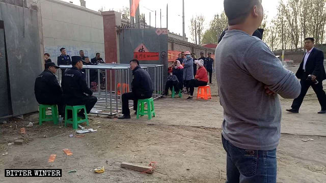 Police set up iron railings in front of Gulingshan Temple's entrance, prohibiting people from holding religious activities.