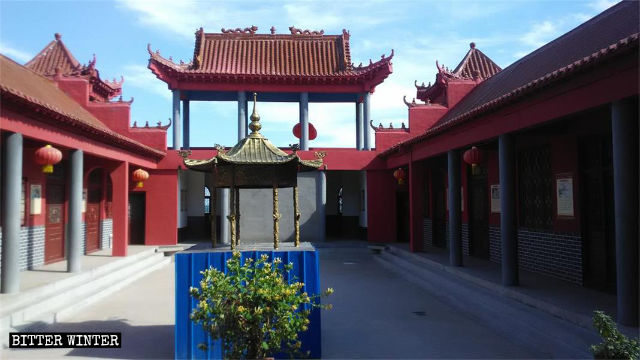 The large incense burner inside Jade Emperor Palace was sealed off with sheets of galvanized iron.