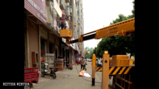 Urban management officers were forcibly removing signboards in Wuhan's Jiangxia district.