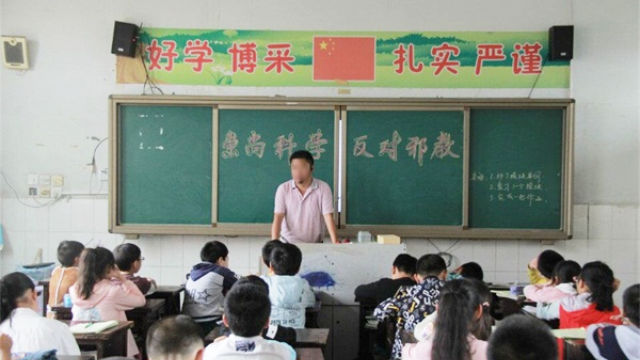 A primary school class meeting about the fight against the xie jiao.