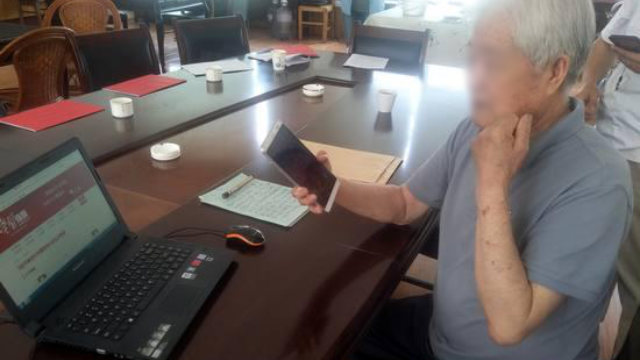 For elderly Communist Party members, using the app on smartphones is difficult; they often seek help from younger people.