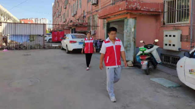 Grid administrators are patrolling a community in a Shandong Province locality.