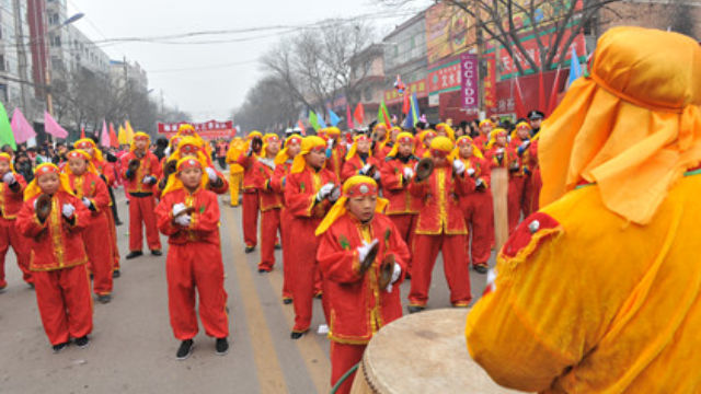 People are making offerings for rainfall by playing on maxi cymbals in Shanxi Province.