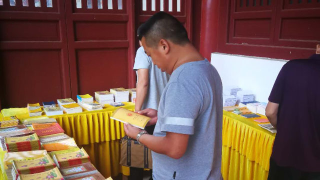 Law enforcement officers are inspecting Buddhist publications in a temple in a locality in Hubei Province.