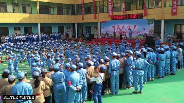 Children and parents of a Kindergarten in Henan's Changge city