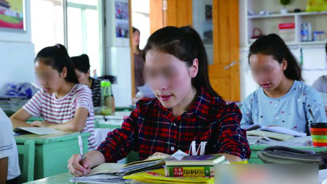 Students from Xinjiang are studying at LianYunGang Senior High School in Jiangsu Province
