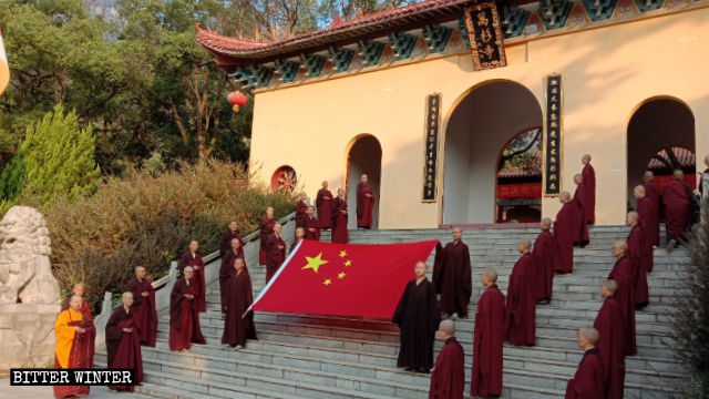 Believers from Wanshan Temple took part in a flag-raising ceremony on October 1.