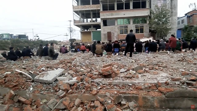 Christians from acountyin Fuyang are gathering on a field of ruins