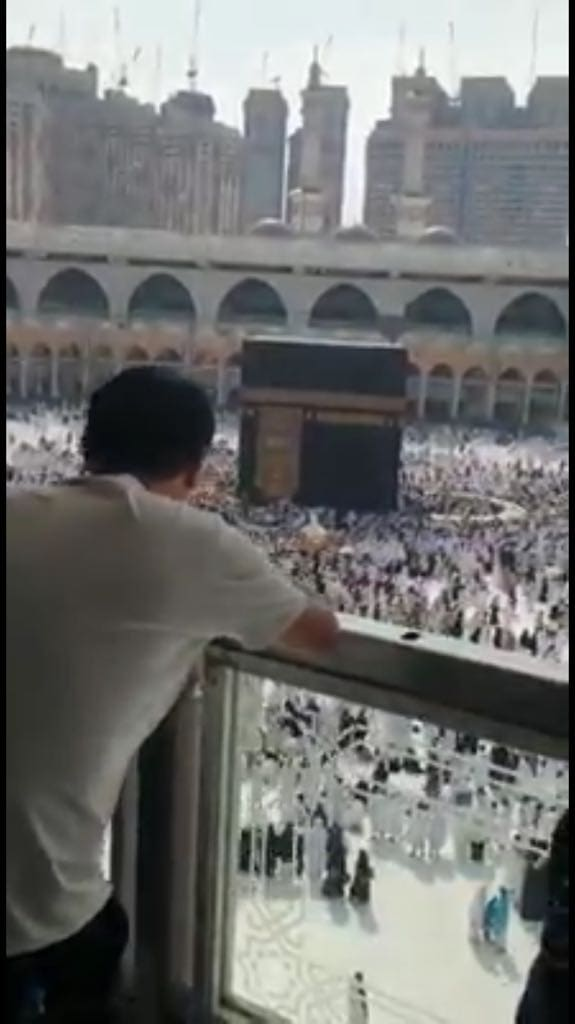 non-Muslim Chinese tourists observing pilgrims in Mecca