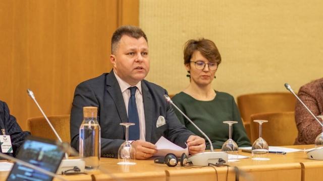 MP Mantas Adomėnas concluding the forum. On the left, researcher Juozapas Bagdonas.