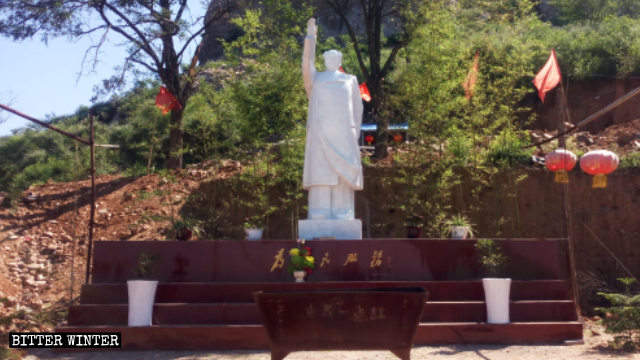 The Mao Zedong statue outside the Zhongyuan Yidianhong temple