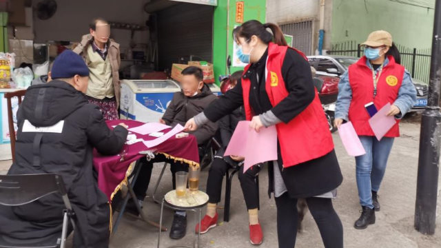 Community staff in the Liunan district of Liuzhou city in Guangxi Zhuang Autonomous Region distribute leaflets on epidemic prevention and religion to the masses.