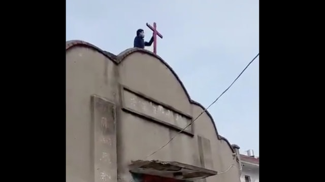The cross of a meeting venue in the Huaishang district of Anhui's Bengbu city was being dismantled.