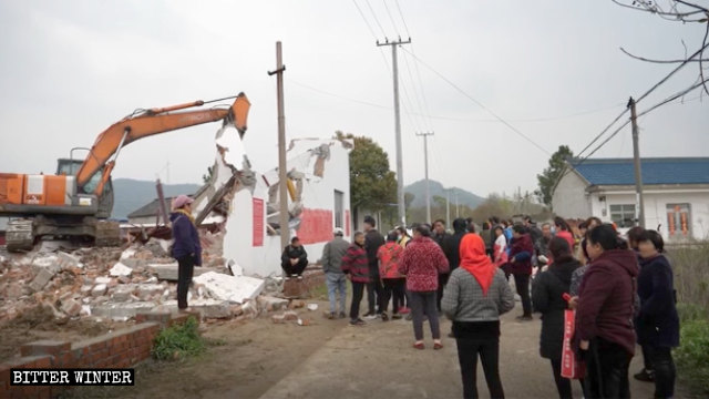 An excavator is demolishing the Longhua Temple.
