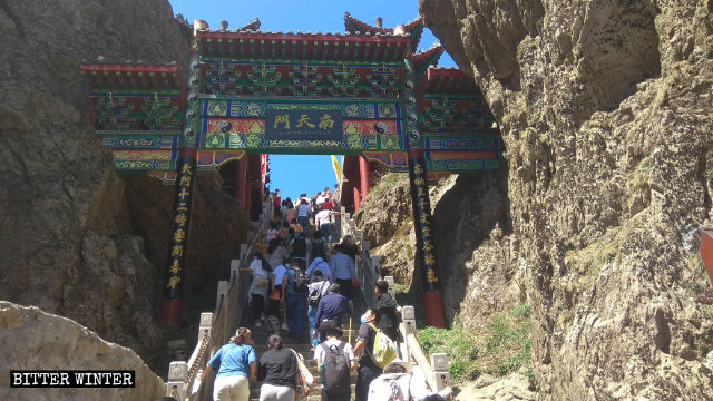 Laojun Mountain Scenic Area in Luanchuan county in Henan Province reopened during the May Day holiday.