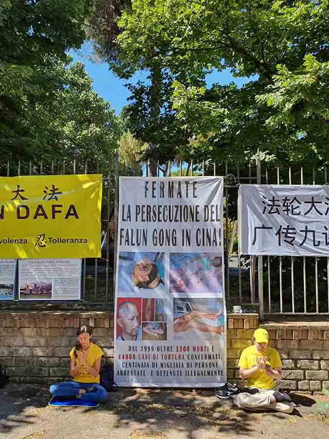 Protest again the persecution of Falun Gong