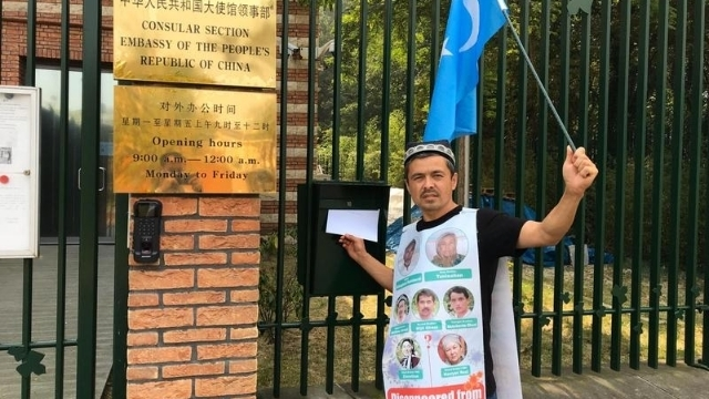 Abdurehim trying to deliver a letter to the Chinese consulate.