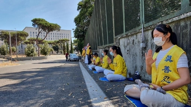 Falun Gong practitioners silently protesting around Italian Foreign Ministry.