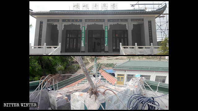 The dome was removed from the Yaoxian Mosque in Kongtong district's Tangjiawan village.