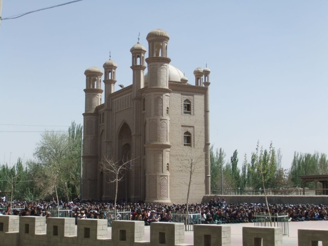 The Keriya Grand Mosque, 2014, throbbing with Friday worshippers (photo by Ruth Ingram). Now the building no longer exists.