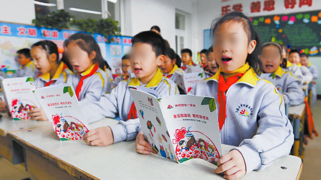 Primary school students in Urumqi, the capital of Xinjiang, are reading children's rhymes in Chinese.