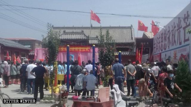 7月1日、華安村の毛沢東記念館の外に人々が集まった。壁の看板には「毛沢東思想は永遠に明るく輝く」と書かれている。