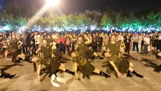 夜のホータンの広場での軍国主義の踊り。 ルース・イングラムによる写真。