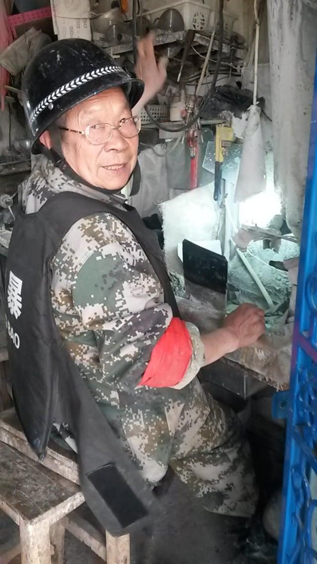 ホータンの翡翠の彫刻家でさえ、対テロ戦争の準備が整っていました。 ルース・イングラムによる写真。