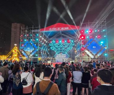 A Christian performance with Christmas songs in Wanda Plaza, Xiamen City, was interrupted by the police (from Twitter).