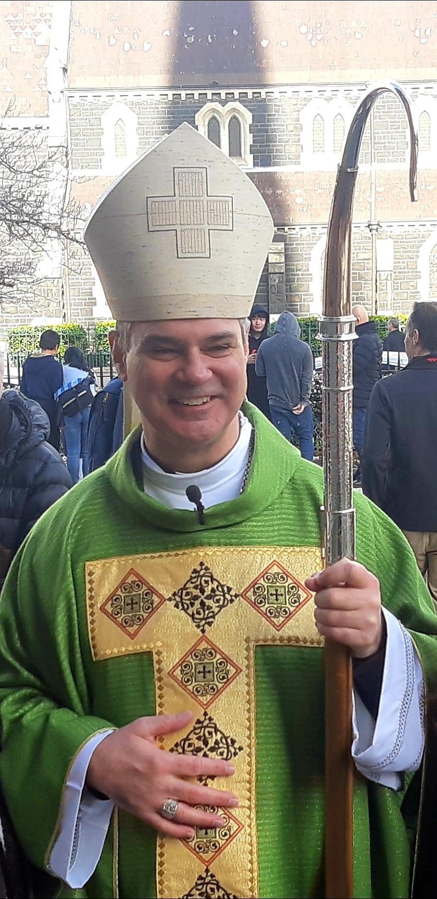メルボルンのローマカトリック大司教、ピーターコメンソリは、現在のテキストでは、法律は「祈りを対象としており、信仰の人々がオープンで正直で忠実な方法で信念を共有することから沈黙を課しているように見える」と主張しました。