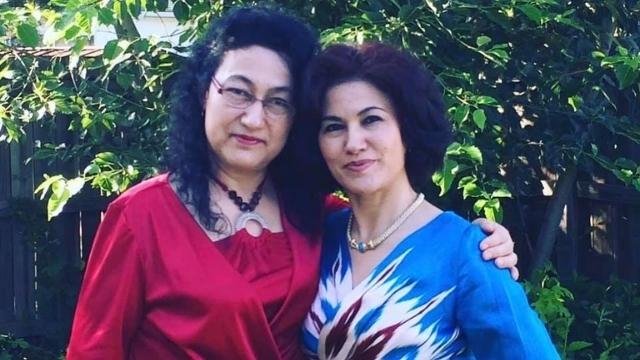 Dr. Gulshan Abbas, solda, kız kardeşi Rushan ile, sağda.