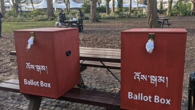 チベットの選挙のための投票箱(Twitterから)。