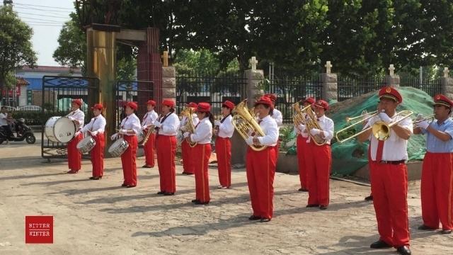 Música patriótica tocada em uma igreja oficial de Três Autoprotestantes.
