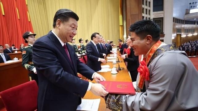 Xiは2月25日に「貧困の勝利」を祝い、少数民族が住む「モデルコミュニティ」に賞を授与します。 現実は(Weiboとは)異なります。