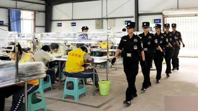 女性刑務所のワークショップをパトロールしている特別警察官。