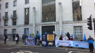 ウイグル支持派の抗議行動がロンドンで再開—そして「孤独なユダヤ人」がそこにいる