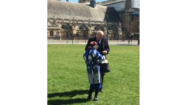 世界ウイグル会議のロンドン支部のディレクターであるラヒマ・マフムットは、ジェノサイド投票の前に、ウイグルのチャンピオンであるイアン・ダンカン・スミス卿に挨拶します。