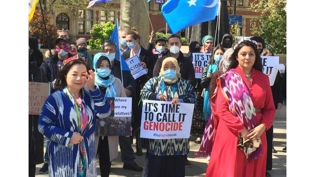 ジェノサイド運動のリーダーであるラヒマ・マフムット(左)とヌス・ガニ(右)は、ウイグル人の抗議者の側に立っており、彼らは全員、故郷での家族の失踪または投獄を悼んでいます。
