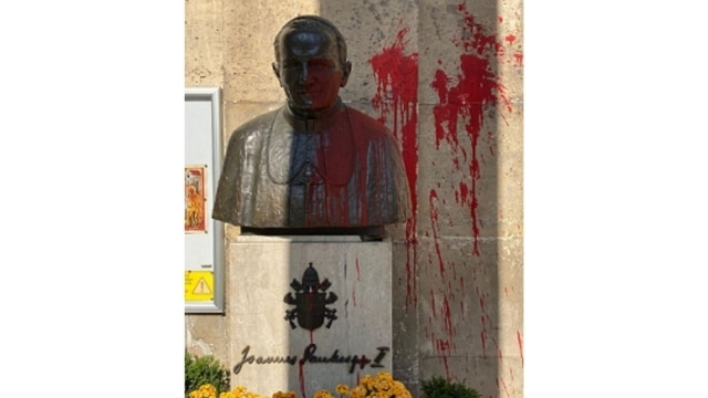 The bust of John Paul II spray-painted in Paris on April 19 (from Twitter).